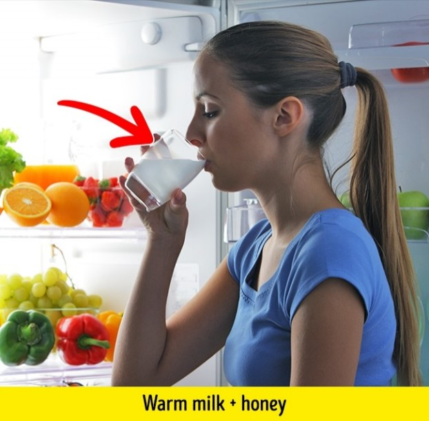 Frau trinkt Milch mit Honig