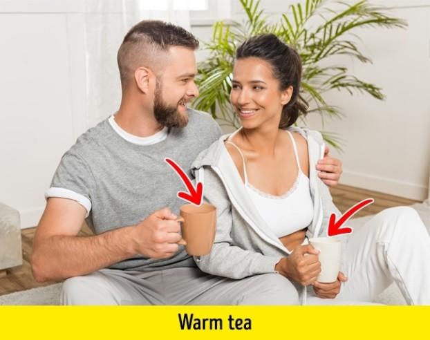 Pärchen mit warmem Tee