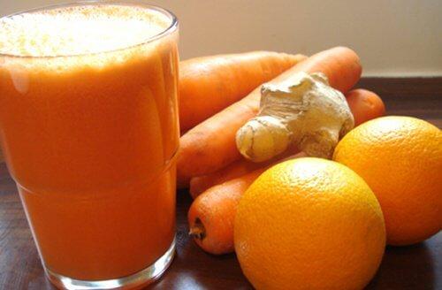 Mixgetränk mit Orange und Karotten