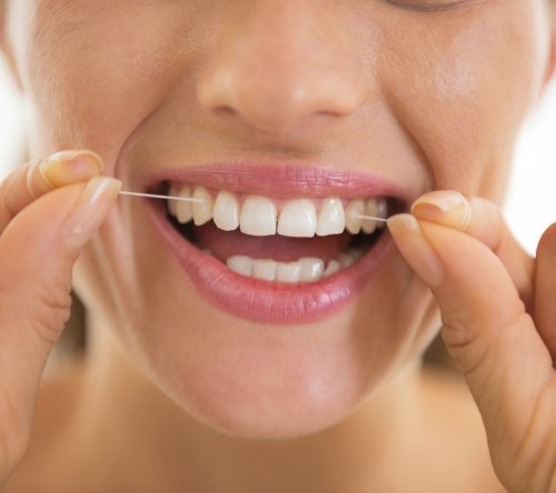entzündetes Zahnfleisch vermeiden mit Zahnseide