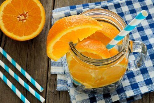 erfrischendes Mixgetränk mit Orange
