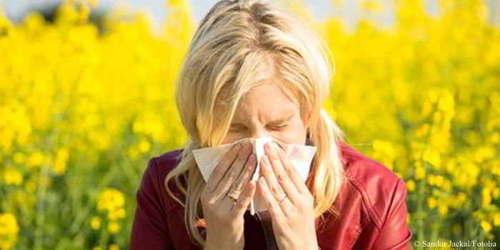 Eine laufende Nase, niesen, tränende und juckende Augen können bei Heuschnupfen auftreten