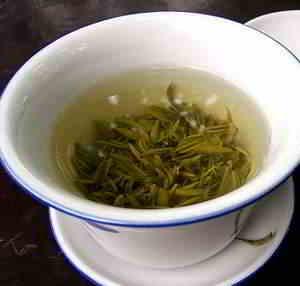 Auch mit kaltem, grünen Tee getränkte Pads helfen bei einem Sonnenbrand