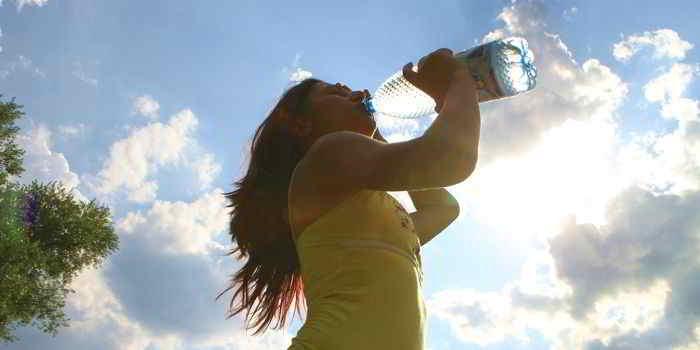Bei hohen Temperaturen ist Wasser trinken Pflicht