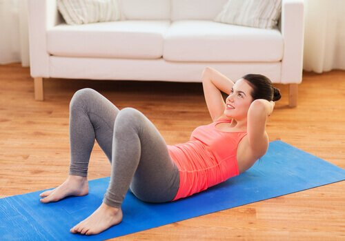 5 effektive Übungen, um den Bauch zu Hause zu verlieren