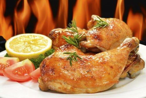 Köstliches gebackenes Huhn mit Orange und Rosmarin