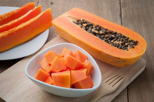 Papaya, Apfel und Haferflocken Smoothie, um das Verdauungssystem auszugleichen