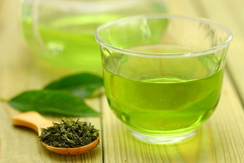 Wie man ein Getränk des grünen Tees, der Ananas und des Zimts vorbereitet, um Gewicht zu verlieren
