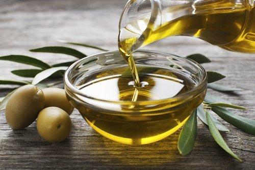 Wie man ein aromatisiertes Öl aus Rosmarin und Knoblauch zubereitet