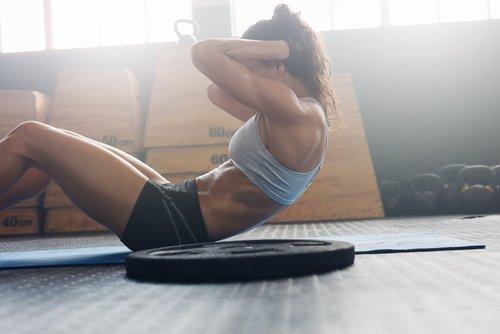 6 Übungen mit einem Stuhl, um in drei Wochen einen flachen Bauch zu haben