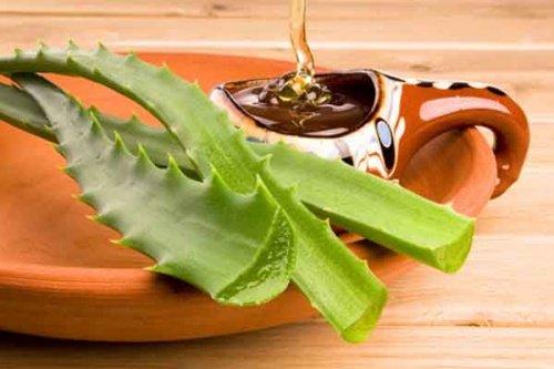 Wie man Akne mit einer Aloe Vera und Honigmaske bekämpft