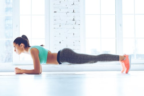 5 Übungen, um Fett zu verbrennen, die Sie tun können, ohne das Haus zu verlassen