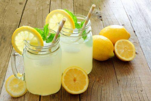 Wasser mit Zitrone und Leinsamen: hilft es, Gewicht zu verlieren?